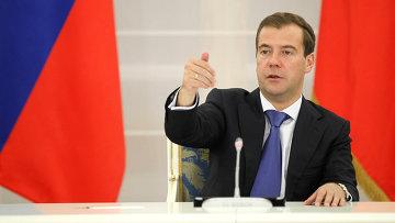 Медведев считает, что ЕГЭ расширяет возможности школьников из глубинки