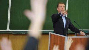 Медведев считает, что ЕГЭ не разрушает систему образования