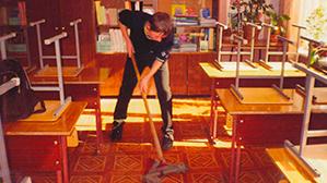 Васильева хочет вернуть школьникам уборку в классе
